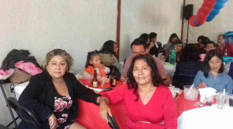 Aquí quien esto escribe con mi hermana Pastora, en la fiesta del sobrino nieto, Dieguito