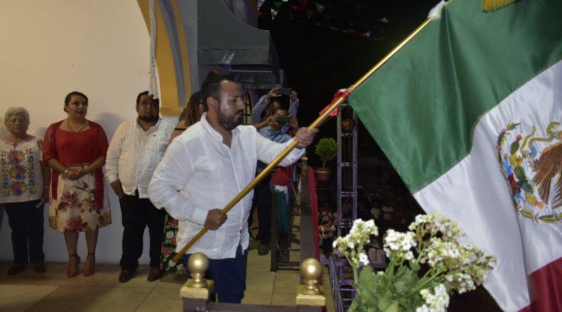 Patriotismo y orgullo Mexicano vivió Apazapan la noche del 15 de septiembre, con el tradicional ¡Viva! de César Flores